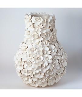 Keramická váza s bílými květy L